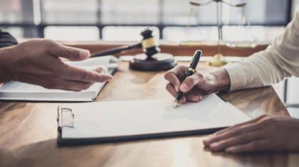 empresaria-profesional-abogados-masculinos-trabajando-discutiendo-bufete-abogados_28283-1249